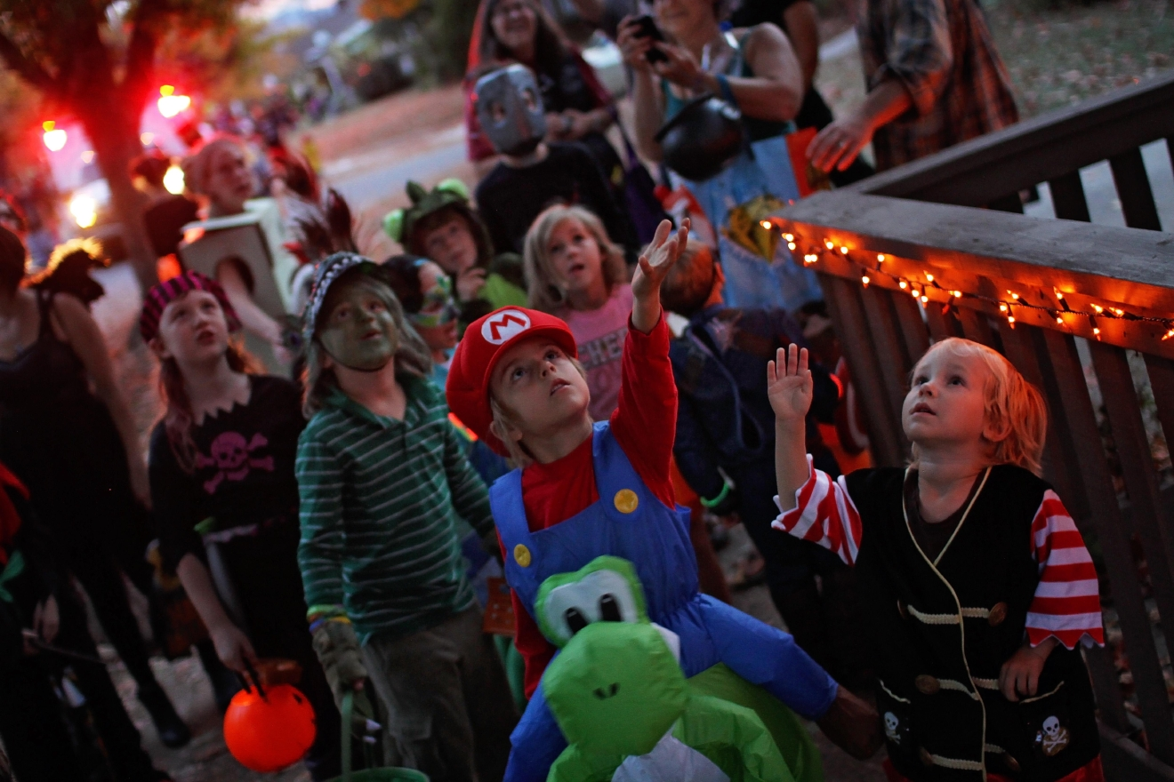FILE -- Children trick-or-treating along Vermont Avenue in October 2016. (Photo credit: WLOS Staff)