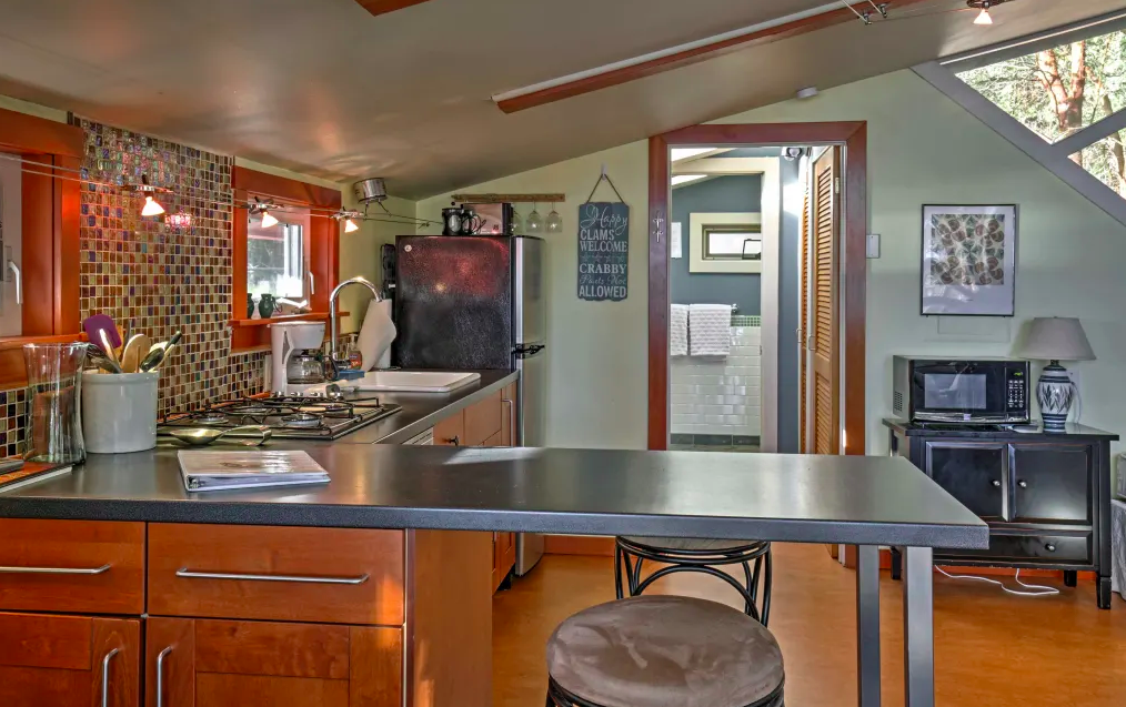 "<p>Enjoy a romantic getaway to Madrona Cove Cottage in Friday Harbor! This cottage,{&nbsp;}<a  href=""https://evolvevacationrental.com/330080"" target=""_blank"" title=""https://evolvevacationrental.com/330080"">listed on Evolve Vacation Rentals</a>, is a one bath studio and sleeps two. The views of the water and local wildlife are only one of the many perks, others being the proximity to the beach, and access to Griffin Bay and the Salish Sea where you can look for crab, nudibranch and starfish. Other amenities includes a well-equipped kitchen, flat screen cable TV, central heating, DVD player, fireplace, patio furniture, gas grill, waterfront access, free WiFi and more (Image: Virtuance Photography)</p>"