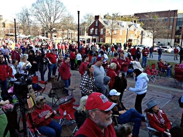 Alabama fans wait for the team to arrive outside Bryant-Denny Stadium on Saturday, January 19, 2013.