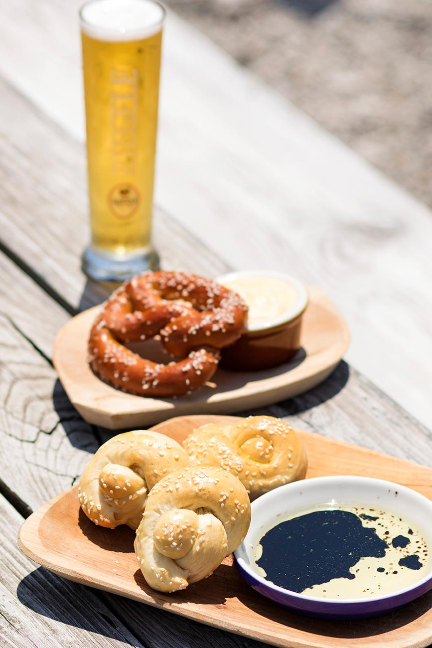 <p>House-made rolls with herbed olive oil and balsamic and house-made pretzels and beer cheese / Image: Allison McAdams // Published: 7.26.18</p>