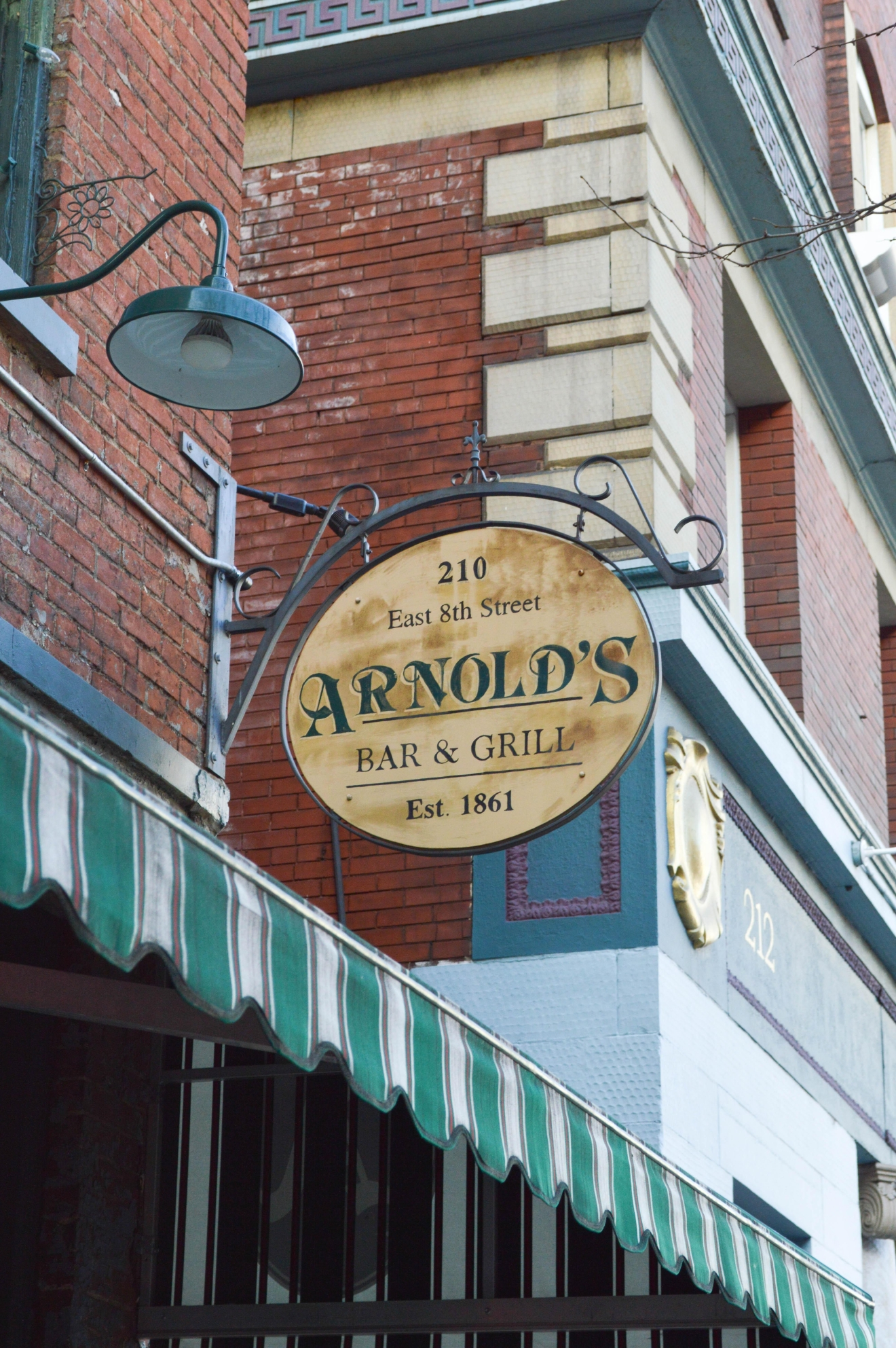BAR: Arnold's Bar and Grill / LOCATION: 210 E. 8th Street / CLOSEST STOP: 8th & Main Station // IMAGE: Liliana Dillingham /// Published: 11.30.16