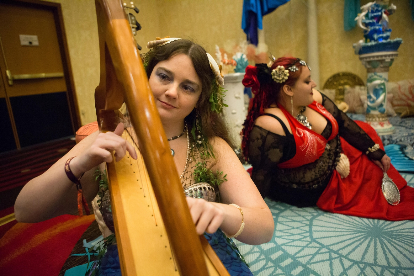 Portland resident Merlissa plays a harp with The Traveling Fanta-Sea Cove at Mythicworlds Convention and Masquerades. (Sy Bean / Seattle Refined)