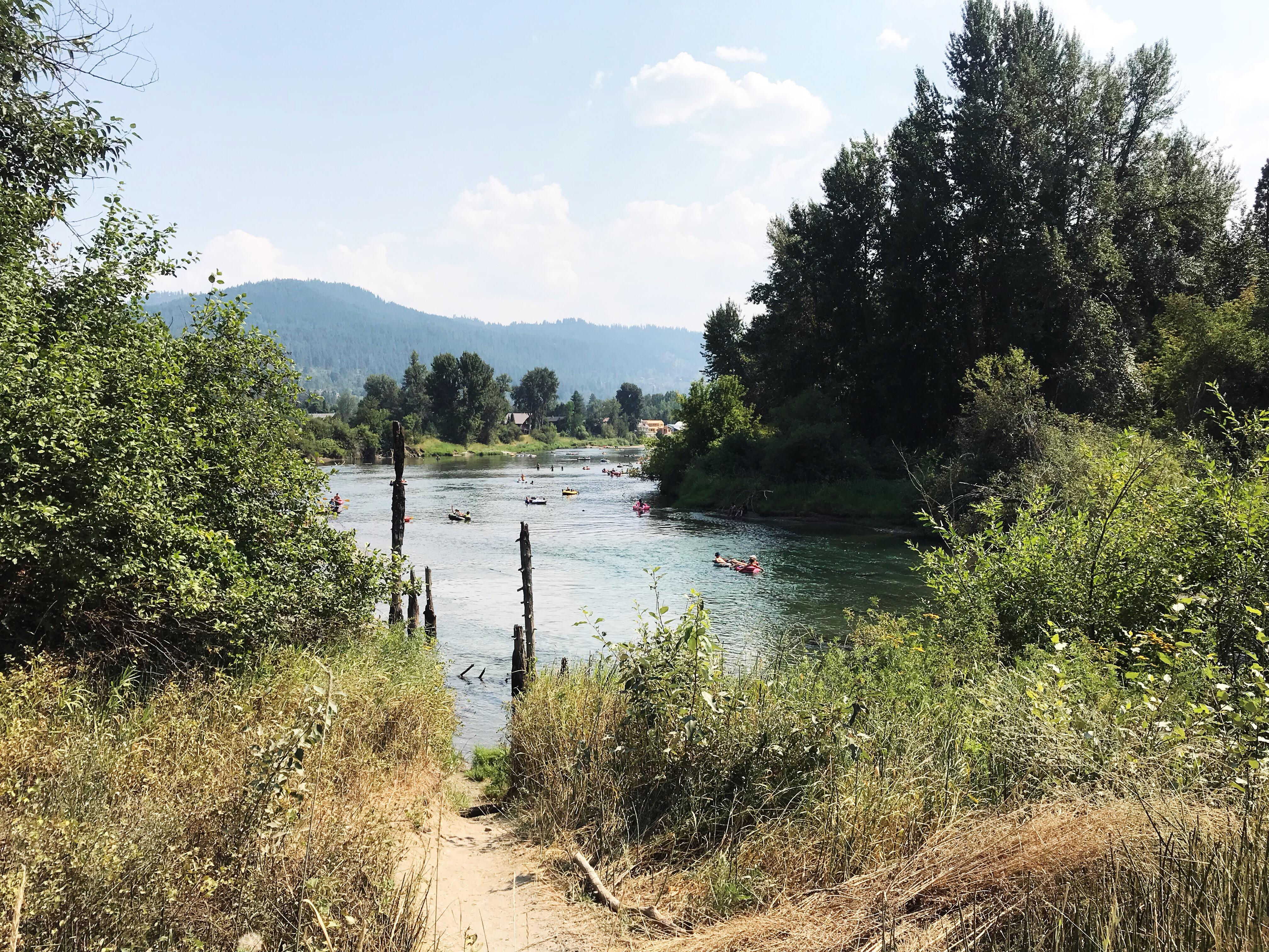 The Wenatchee River lies at the foothills of the Cascades with gorgeous scenery all around. Tubing is best suited for those looking for a relaxing time, families and kids (furry and otherwise). (Image: Rebecca Mongrain/Seattle Refined)