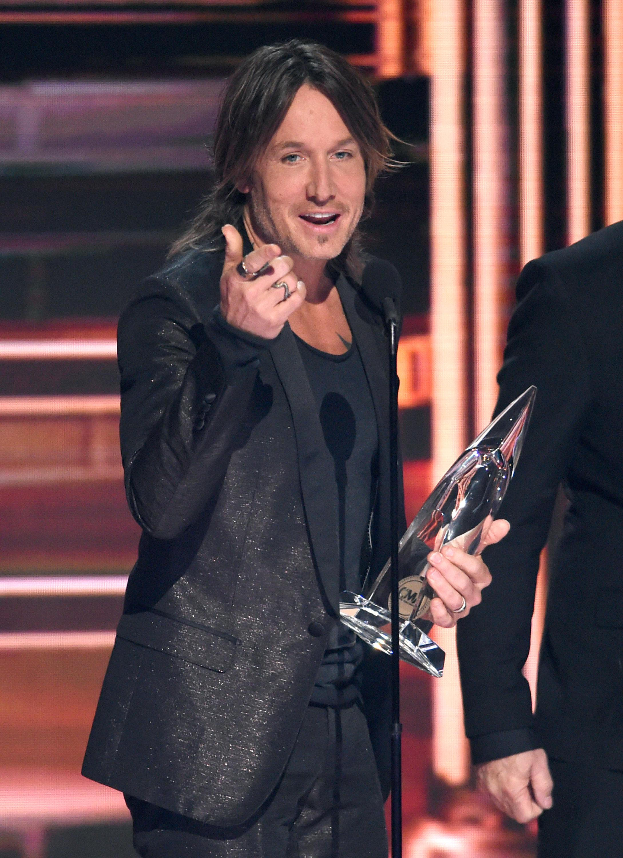 "Keith Urban accepts the award for single of the year for ""Blue Ain't Your Color"" at the 51st annual CMA Awards at the Bridgestone Arena on Wednesday, Nov. 8, 2017, in Nashville, Tenn. (Photo by Chris Pizzello/Invision/AP)"